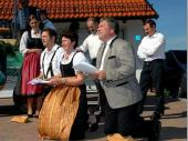 Auf Knien und in Vers-Form wurde von der Vorstandschaft um die Schirmherrschaft für das 50-Jährige Gründungsfest gebeten.