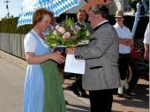 Nach der Zusage unserer Bürgermeisterin bedankte sich der Schützenmeister mit einem Blumenstrauß für die übernommene Aufgabe.