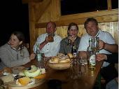 """Bis spät in die Nacht hinein wurde - bei allerlei Getränken und Brotzeit - gefeiert. Die """"üblichen Verdächtigen"""" saßen noch bis kurz vor Mitternacht."""