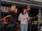 Eine junge Band mit zwei bemerkenswerten Sängerinnen. Das war richtig gut gemacht und gefiel den Leuten.
