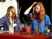"""""""Wie war das noch mal mit den Cocktails?"""" Cilli und Simone hatten im Laufe des Abends noch gut zu tun."""