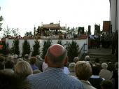 Der Festgottesdienst war der Auftakt für den Festabend. Um 18:30 Uhr ging der Festzug zur Kirche und die Fahnen umreihten den Altar zur Messe. Das gute Wetter sorgte für eine rege Beteiligung am Gottesdienst.