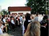 Pfarrer Haider zelebrierte - vor den anwesenden Vereinsfahnen - den Gottesdienst mit der anschließenden Bänderweihe. Die Gründungsmitglieder und unsere Wirtsleute habe zum Jubiläum ein Band für die Standarte gestiftet.