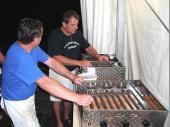 Unser Team am Gyros-Grill. Franz Brandlmeier und Alfons Beilhack. Nach Ende der Essensausgabe werden die Grill geputzt. Dieses eingespielte Duo hat sich mittlerweile bewährt.