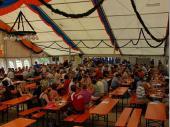 """Der erste """"Run"""" ist vorbei. Am Sonntag war das Zelt um die Mittagszeit wieder richtig voll. Die Grenzlandschützen freuen sich darüber, wenn die Gäste sich Wohlfühlen und immer wieder kommen."""