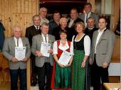 Für 50 Jahre Mitgliedschaft wurden geehrt: Jakob Schref sen. und Lambert Oberloher (vorne links)  Für besondere Verdienste wurden geehrt: Johann Brandl, Lorenz Gassner, Ludwig Heimel, Barbara Seisenberger, Albert Nitzl, Michael Heimel, Peter Brenninger.