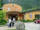 Die Besichtigung der Enzian-Brennerei war etwas sehr touristisch aber trotzdem interessant. Gern genommen wurden die Proben am Ende.