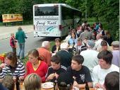 Brotzeit mit Leberkäs und Brezen auf dem Volksfestplatz in Traunstein. Das Wetter sah noch beträchtlich nach Regen aus.