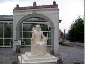 Natürlich gehört auch die Statue des Zeus in diese Auflistung. Ehemals aus Elfenbein und Gold gefertigt steht sie heute vor der Kunsthochschule.