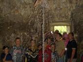 Die Krone geht durch Wasserdruck nach oben und wieder nach unten. Sie soll den Aufstieg und den Fall von Königshäusern symbolisieren.