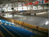 Nach der traditionellen Brotzeit am Bas wurde die neue Eishalle in Inzell besichtigt. Wie ein Spiegel präsentierte sich die 12 m breite Eisbahn.