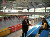 Der Chef der Halle informierte uns über die Geschichte und den Umbau der Eishalle. Als Vereinsvorstand gab er uns mit viel Leidenschaft und Sachverstand einen Einblick in die Halle. Im Hintergrund das russische National-Team beim Training.