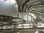 Einzigartig, zweckmäßig und formschön. So läst sich das Dach der Halle beschreiben. Hochmodern, belastbar und energiesparend. Durch die Säulenkonstruktion ist die Halle rundherum (offen-) verglast.