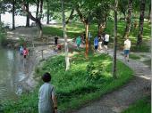 Die Kinder erfreuen sich dabei - teilweise zum Leidwesen ihrer Eltern - am kühlen Nass. Dass bei dem schönen Wetter das Wasser magische Anziehungskraft für die Kinder hat ist nachvollziehbar.