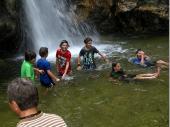 Die Jugend hatte natürlich ihren Spaß. Ohne Rücksicht auf Verluste wurde das Wasserbecken genutzt um Abkühlung zu bekommen. Schon auf dem Weg dorthin wurde mehr Strecke im Bach als auf dem Pfad zurückgelegt.