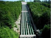 Vom Wasserschloss, das vom Walchensee gespeist wird, kommt das Wasser in den sechs Röhren über 200 m Gefälle zum Kraftwerk. An der Technik hat sich in den letzten 100 Jahren kaum etwas geändert.