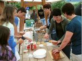 In Lalling wurde erst einmal Brotzeit gemacht. Durch die vorhandenen Tische und Stühle mussten wir nichts mehr aufbauen. Unsere Damen versorgten die Ausflügler.
