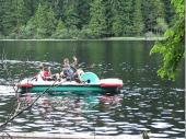 Auf den See kann man im vorderen Teil mit dem Tretboot fahren. Hier dreht gerade der Alfred mit dem Roland und dem Andreas seine Runden.