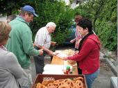 """Irene, Tina und Marlene übernehmen die """"Essensausgabe"""" und versorgen die hungrigen Grenzlandschützen mit Lebverkäs, Semmeln, Brezen und Getränken."""