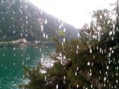 """Einige Wanderer wurden vom Regen überrascht. Hier heißt es: """"Es gibt kein schlechtes Wetter – nur falsche Kleidung!"""" Unter einer Überdachung im Fels konnte man sich unterstehen und """"durch den Wasserfall"""" fotografieren. (Bild: Bastian B.)"""