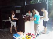 Gitte und Tina versorgten die Schütz/innen mit Brotzeit und Getränken.