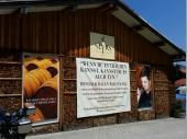 Nach dem die ersten Ausflügler am Schliersee ausgestiegen sind hielt der Bus an der Whisky-Destillerie Slyrs in Neuhaus.