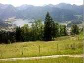 """Der Blick von der Schliersbergalm auf den See ist etwas Herrliches. Wenn der See in der Sonne glitzert, umrahmt von den Bergen kommt einen das Wort """"malerisch"""" in den Sinn."""