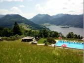 Auf der Alm gibt es verschiedene Freizeitangebote. Neben dem Pool sind auch jede Menge Sonnenstühle vorhanden, in denen man ausspannen kann.