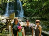 Die Josefsthaler Wasserfälle konnte man durch einen kleinen Spaziergang gut erreichen. In dem unteren Wasserfall suchten einige Schützen eine Abkühlung.