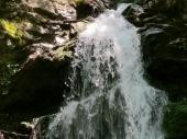 Der obere Wasserfall ist etwas kleiner, dafür aber auch ein wenig wilder. Schön anzusehen ist er in jedem Fall.
