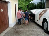 Die letzten Vorbereitungen vor der Abfahrt. Biertische und –bänke werden verladen und der Proviant wird im Bus verstaut.