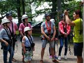 Ausrüstung und Einführung in die Herausforderungen des Kletterparks standen am Anfang der Tour. Sicherheit kommt vor Vergnügen – wobei alle ihren Spaß an der Kletterei hatten.