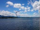 """Der weiß-blaue Himmel, der See und die Berge im Hintergrund. Ein bisschen """"magisch"""" und ein bisschen """"romantisch"""" ist das allemal."""