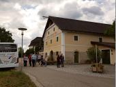 """Angekommen am """"Obergut"""" in Braunau gab es erst einmal eine deftige Brotzeit für die Ausflügler/innen. Im Anschluss daran bekamen wir einen Einblick in das Obergut und wie es sich gewandelt hat."""
