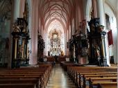 Die gotische Kirche wurde mit barocken Altären ausgestattet. Das Besondere daran ist, dass die Altäre und die Orgel schwarz gehalten sind. Weiterhin ist der Mess-Raum sehr hoch über dem Rest des Kirchenschiffes gehalten.