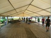 """Fleißig waren sie, unsere Vereinsjugend und löblich haben sie beim Aufbau des Zeltes mitgeholfen. Sicher waren auch die """"alten"""" Hasen dabei – aber nur so geht es. Wenn man zusammenhilft, dann hat man mittags ein Zelt mit Boden dastehen. Trotz einiger Ausfälle – wegen Urlaub – haben wir am Samstag vor dem Bergfest viel geschafft."""