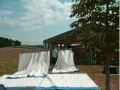 """""""… und was sollen wir jetzt machen?"""" war die Frage der Mädels bei Aufbau. Kein Problem. Die Zelt-Seitenwände an die Stangen auffädeln und bereitlegen. Das hat ebenso dazu beigetragen, dass wir an Samstag soweit gekommen sind, wie das Befestigen der Beleuchtung oder das Anliefern des Inventars."""
