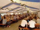 Bereits am Freitag war der Andrang im Zelt schon groß. Nach dem sehr gut besuchten Gottesdienst fand man sich im Zelt ein. Viele Besucher freuten sich über das Abendessen oder auf gute Gespräche bei einem Bier.