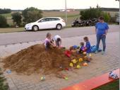 """""""Wie sieht eigentlich der Kindermagnet aus, den ihr da unter dem Sand versteckt habt?"""" Das war die Frage einer Mama, die ihr Kind erst vom vielen Sand an der Kleidung befreien musste, bevor sie es hochhob. Es ist jedoch alle Jahre wieder faszinierend, dass die Kinder liebend gerne am Sandhaufen spielen."""
