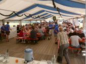 Der Blick ins Zelt am Sonntag Mittag. Wir freuen uns jedes Jahr über die zahlreichen Besucher aus Nah und Fern.