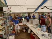 Die Kuchentheke und im Hintergrund die Schänke. Dieses Bild präsentiert sich unseren Besuchern, wenn sie das Zelt betreten.