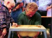 """Beim Bergfest 1995 war die Attraktion des Bergfests das Wettmelken. Hier konnten Anfänger und Profis - Ungeübte und Geübte ihre Fingerfertigkeit an einer """"Gummikuh"""" testen. Wie jedes Jahr gab es auch damals für den Sieger einen Sachpreis zu gewinnen."""