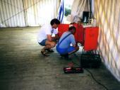 Zwei begnadete Handwerker auf der rastlosen Suche nach der Elektrizität. Nachdem das Zelt steht, müssen Küche, Schenke und natürlich auch Tische und Bänke aufgestellt werden. In den letzten Jahren hat es mit der Beleuchtung und der Stromversorgung relativ gut geklappt.