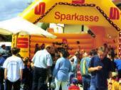 Wie jedes Jahr war auch 1999 die Hüpfburg ein fester Bestandteil des Bergfestes. Unter Aufsicht dürfen hier die verschiedenen Altersgruppen abwechselnd um die Wette springen.