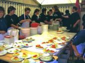 Ein Blick in die Küche im Zelt von 2004. Die Salate werden arbeitsteilig vorbereitet. Bei diesem eingespielten Team sitzt einfach jeder Hangriff und das muss auch so sein, denn am Sonntag Mittag gehen ca. 600 Essen raus.