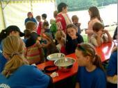 Kinderschminken ist mittlerweile ein fester Bestandteil des Bergfestes. Cilli und Andrea haben - hier beim Bergfest 2005 - stundenlang faszinierende Motive in die Gesichter der Kinder gezaubert - und die Schlange wurde nicht kürzer ...
