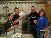 Seit Jahren am Spül-Mobil aktiv - unser eingespieltes Team Mögli und Monika. Wie bereits letztes Jahr hat Mögli auch im Jahr 2006 mitgezählt und beim 2000sten Teller wurde ein Schnaps mit der Bedienung getrunken, die ihn gebracht hat - in diesem Fall der Paul.