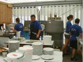 Seit vielen Jahren ist für Bereitstellung des Geschirrs ist unser Spül-Team verantwortlich. Mögli, Monika und Georg spülen jedes Bergfest weit über 2000 Teller und natürlich das Besteck dazu.