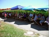 Anfang des neuen Jahrtausend wurde am Sonntag Mittag das Zelt fast zu klein. Damals wurde begonnen ein paar Tische im Freien auf der Straße aufzustellen. Zum Glück spielte bisher Petrus immer mit. Mittlerweile werden bis zu 16 Tische aufgestellt und wir sind 2013 beim 28.Bergfest schon wieder an der Kapazitätsgrenze.