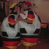 Die Idee mit den Deutschland-Fans hatten einige auf den Kappenabend. Am bemerkenswertesten ist aber wohl das aufblasbare Teil von Alfons und seiner Renate.